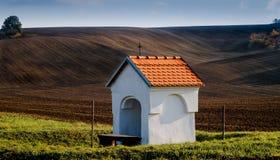 Sagahöstlandskap med kapellet i fälten Arkivbild