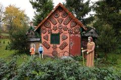 Sagahus som täckas med sötsaker och stålar och Jill med häxan royaltyfri fotografi