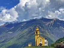 Sagamoln över de alpina maxima och den Bellinzona staden arkivbilder