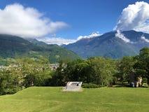 Sagamoln över de alpina maxima och den Bellinzona staden royaltyfri foto