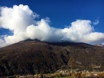 Sagamoln över de alpina maxima och den Bellinzona staden royaltyfri bild
