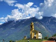 Sagamoln över de alpina maxima och den Bellinzona staden royaltyfria foton