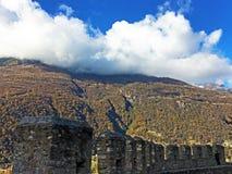 Sagamoln över de alpina maxima och den Bellinzona staden fotografering för bildbyråer