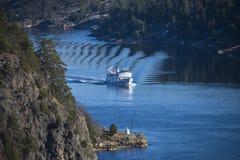 Sagasund segling till och med ringdalsfjorden Royaltyfri Bild