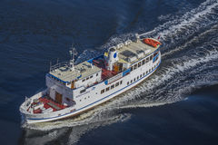 Sagasund segling till och med ringdalsfjorden Arkivfoto