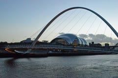 Sage Gateshead och milleniumbron på skymning royaltyfri bild