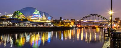 Sage Gateshead och Tyne Bridge arkivbilder