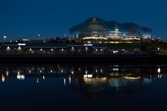 Sage Gateshead på natten royaltyfri bild