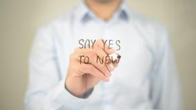 Sagen Sie ja zu neuem, Mann-Schreiben auf transparentem Schirm Stockfotografie