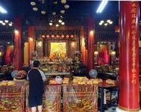 Sagen von Gebeten am Altar eines Tempels in Taiwan Lizenzfreies Stockfoto