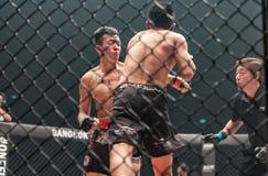 Sagetdao Petpayathai von Thailand und von Kelvin Ong von Malaysia in einer Meisterschaft stockfotos