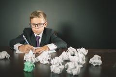 Saggio o esame ispirato di scrittura del ragazzo di scuola Immagini Stock