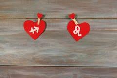 Sagitário e o leão sinais do zodíaco e do coração De madeira fotos de stock