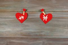 Sagitário e peixes sinais do zodíaco e do coração Parte traseira de madeira imagens de stock royalty free