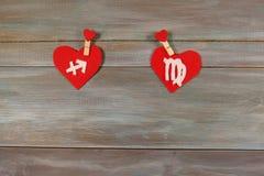 Sagitário e a virgem sinais do zodíaco e do coração Woode fotografia de stock