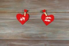 Sagittaire et Verseau signes du zodiaque et de coeur En bois Images stock