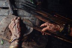 Sagittarie tribali di avvelenamento di Toikot dell'anziano per cercare a sua casa della giungla fotografia stock
