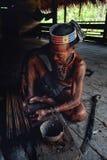 Sagittarie tribali di avvelenamento di Toikot dell'anziano per cercare a sua casa della giungla fotografia stock libera da diritti