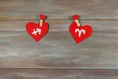 Sagittarius i Aries znaki zodiak i serce Drewniany bac zdjęcie stock
