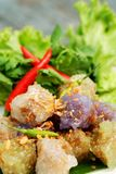 Sago wieprzowiny Tajlandia zakąski i deseru balowa tradycyjna kuchnia słuzyć z chłodnym i sałatą Obrazy Stock