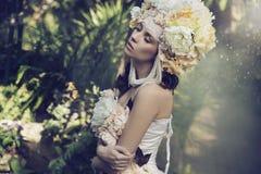 Sagolik brunettkvinna i djungeln Fotografering för Bildbyråer