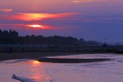 Sagolik soluppgång på havet med den stora färgrika solen Royaltyfri Fotografi