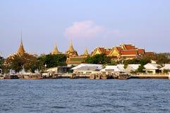 Sagolik storslagen slott och Wat Phra Kaeo arkivbild