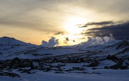 Sagolik vintersoluppgång i Island Soluppgång mot bakgrunden av bergigt fotografering för bildbyråer