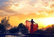 Sagolikt foto av kvinnas kontur på härlig himmelbakgrund royaltyfria bilder