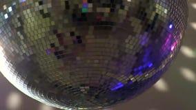 Sagolikt guld- ljust färgrikt spegelförsett skraj rotera för belysning för lampa för garnering för tak för nattklubb för diskobol stock video