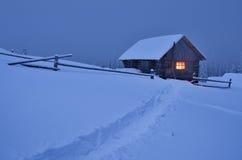 Sagolikt hus i snön Arkivbilder