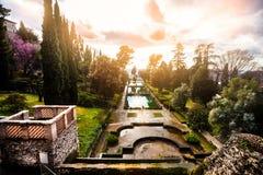 Sagolikt landskap, trädgårdar och springbrunnar Italiensk renässansträdgård, Italien Arkivbild