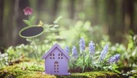 Sagolikt leksakhus, färgerna av lavendel royaltyfria bilder