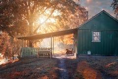 Sagolikt litet hus i höstlandskapet royaltyfri foto