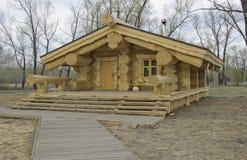Sagolikt tr?hus arkivbilder
