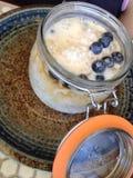Sagot med kokosnöten mjölkar, gömma i handflatan socker och blåbär Royaltyfria Foton