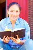 Sagrada Biblia bonita de la lectura de la mujer de la raza mixta Imagenes de archivo