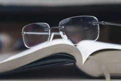 Sagrada Biblia cirílica con los vidrios Imágenes de archivo libres de regalías