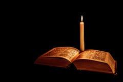 Sagrada Biblia con la vela Imagen de archivo libre de regalías