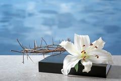 Sagrada Biblia, corona de espinas y lirio blanco foto de archivo libre de regalías