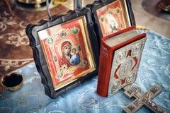 Sagrada Biblia e iconos ortodoxos Imagen de archivo libre de regalías