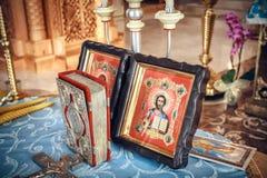 Sagrada Biblia e iconos ortodoxos preparados Fotografía de archivo