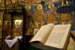 Sagrada Biblia en el altar Foto de archivo