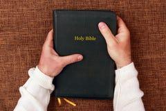 Sagrada Biblia en las manos del hombre Fotos de archivo libres de regalías