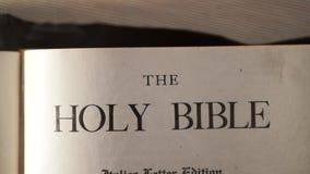 Sagrada Biblia Forma de vida religiosa sagrada del libro del católico Fe en el catholicity del concepto de dios para la espiritua almacen de metraje de vídeo