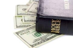 Sagrada Biblia y dinero Imágenes de archivo libres de regalías