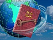 Sagrada Biblia y llave Imagen de archivo