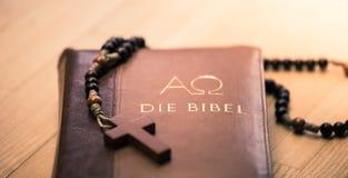 Sagrada Biblia y rosario: Biblia y rosario cristianos en un escritorio de madera imagen de archivo libre de regalías