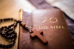 Sagrada Biblia y rosario: Biblia y rosario cristianos en un escritorio de madera fotos de archivo libres de regalías