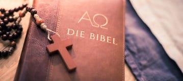 Sagrada Biblia y rosario: Biblia y rosario cristianos en un escritorio de madera imagenes de archivo